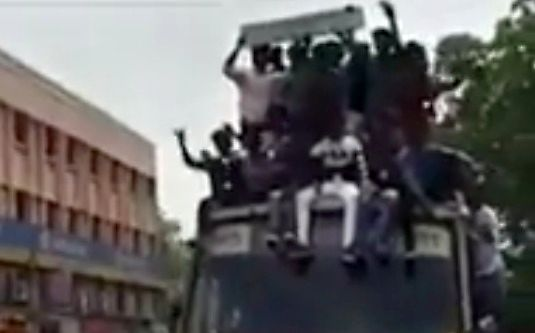 Jazda na dachu autobusu to nie jest dobry pomysł