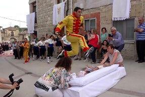 Przeskakiwanie nad niemowlakami to taka hiszpańska tradycja