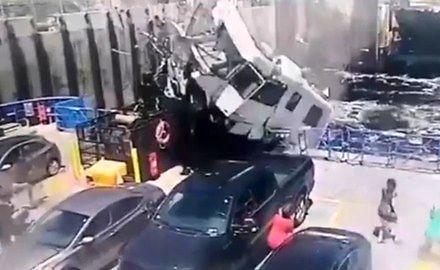 Kamper wyskoczył z rampy i roztrzaskał się na promie w Kanadzie