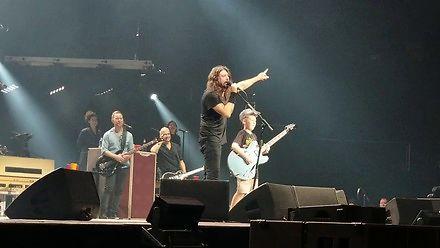 """Foo Fighters coverują na koncercie """"Enter Sandman"""" z dziesięciolatkiem na gitarze"""