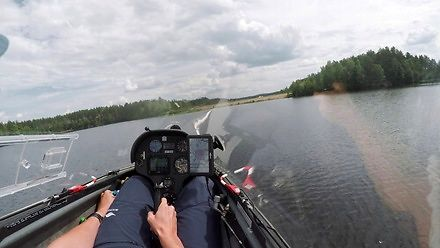 Niski przelot szybowcem nad jeziorem