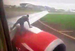 Mężczyzna wskoczył na skrzydło samolotu