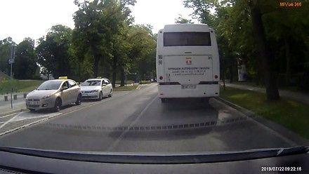 Wyprzedzanie autokaru na przejściu dla pieszych