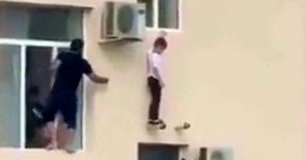 Ratowanie dziecka, które wybrało się na spacerek za okno