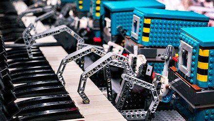 Roboty LEGO grają motyw z Gwiezdnych Wojen