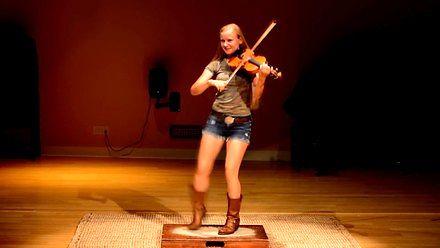 Hillary Klug - pięknie grająca i tańcząca dziewczyna