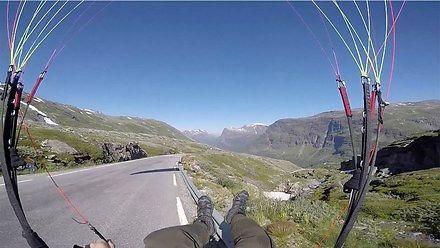 Paralotniarz kończy podróż na skałach