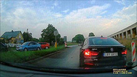 Nieoznakowany radiowóz BMW prawie doprowadza do kolizji