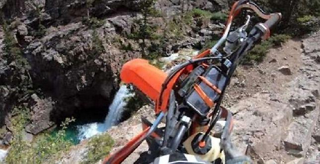 Motocyklista spadł z klifu do wody