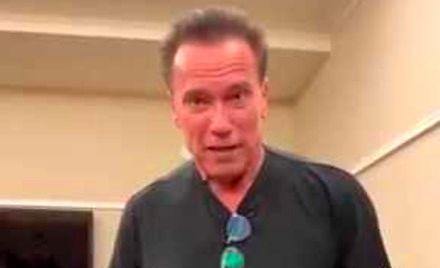 Arnold Schwarzenegger pokazuje nowy nóż Rambo