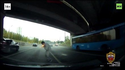 Nietypowa obrona kierowcy przed agresorem