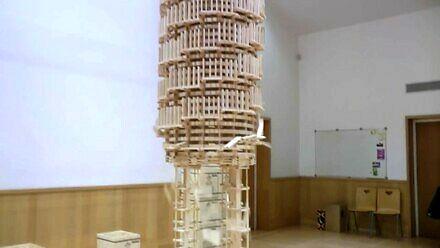 Monumentalna budowla z domina