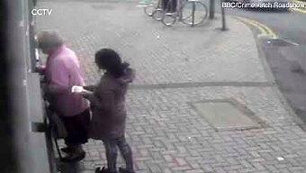 81-letnia kobieta walczy o pieniądze przy bankomacie