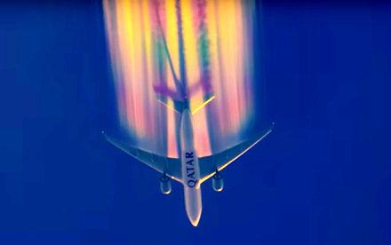 Samolot wypuszcza kolorowe chemtrails