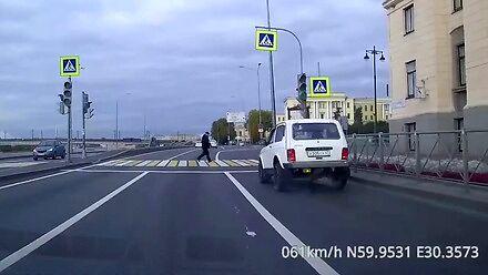 Dziadek wbiega na pasy na czerwonym