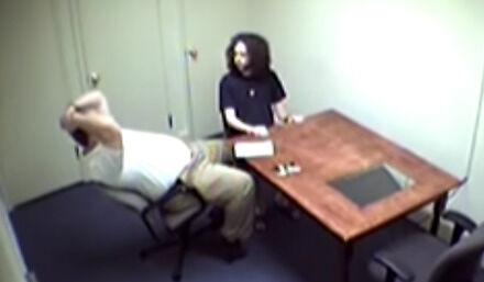 Morderca praktycznie się nie porusza w trakcie dwugodzinnego przesłuchania