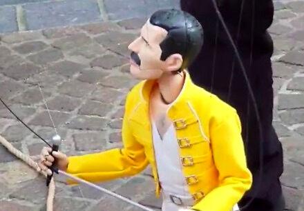 Występ Mercury'ego na festiwalu lalek we Francji