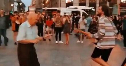 Dziadek pokazuje przechodniom, jak trzeba żyć