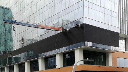 Pracownicy myjący okna w Edmonton mają problem