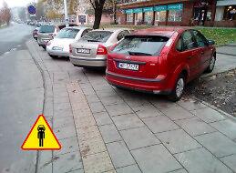 Bezczelny pieszy stoi na chodniku