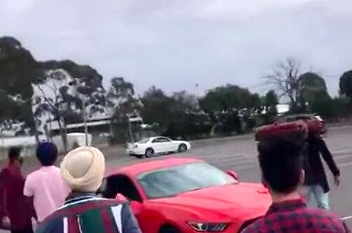 Początkujący drifterzy na parkingu próbują doskonalić swoje marne umiejętności