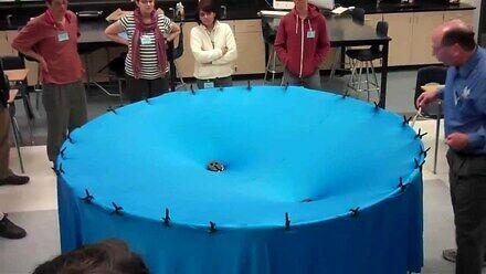 Nauczyciel fizyki w bardzo ciekawy sposób mówi o grawitacji