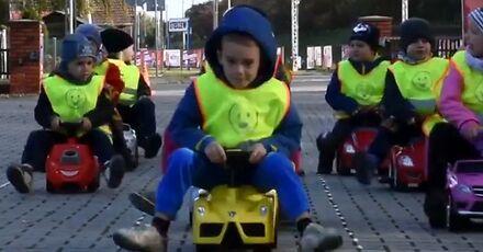 Przedszkolaki pokazały kierowcom, jak się robi korytarz życia