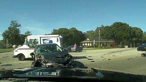 Groźnie wyglądający wypadek na amerykańskim skrzyżowaniu