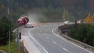 Opel Corsa spycha cysternę z wiaduktu