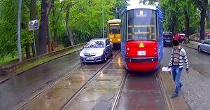 Oto co odwalają piesi na torach tramwajowych!