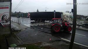 Wjechał traktorem na czerwonym świetle wprost pod tira