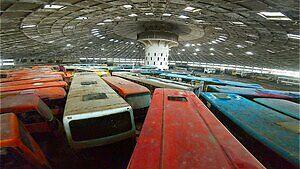 Dziesiątki pozostawionych autobusów w sowieckim spodku kosmicznym