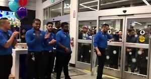Szalejący, dziki tłum na otwarciu sklepu w Black Friday