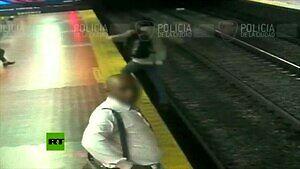 Kiedy zagapisz się w telefon czekając na pociąg