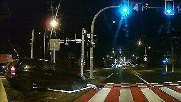Młodociany szofer, który nie rozumie podstawowych zasad ruchu drogowego