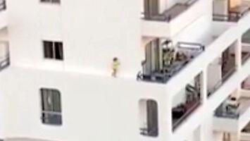 Tylko dziecko może wychodzić po gzymsie na balkon