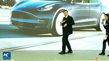 Obczaj te kocie ruchy. Elon Musk tańczy podczas premiery Modelu Y w Chinach