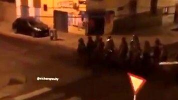 """Policjanci maszerują radośnie śpiewając """"Barbie girl"""""""
