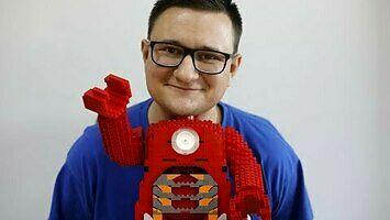 Człowiek, który buduje świat z klocków Lego