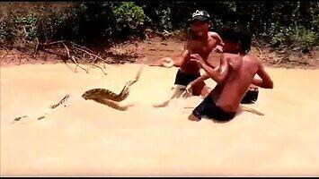 Małych Azjatów zabawa z wężem
