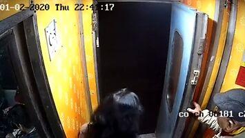 Przez bandytę kobieta prawie wypada z jadącego pociągu w Indiach