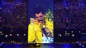 Freddie Mercury nawet zza grobu potrafi zawładnąć całą sceną