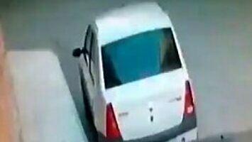 Sprawdził na nagraniu z monitoringu, kto zniszczył mu lusterko w samochodzie