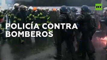 Kiedy policja atakuje strażaków armatkami wodnymi