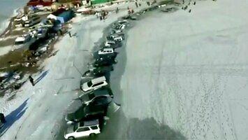 30 samochodów utopionych w zamarzniętym jeziorze