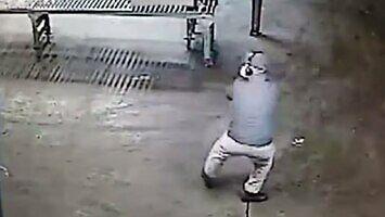 Pracownik sprzątający halę przyłapany na cieszeniu się swoją pracą