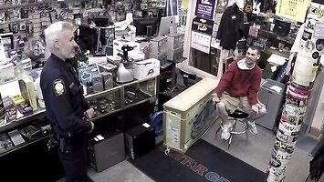 Gościu przychodzi do lombardu sprzedać kradzioną gitarę