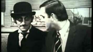 """Marty Feldman i młody John Cleese w skeczu """"Denerwujący współpasażer"""""""