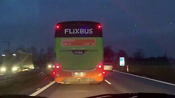 Blokowanie karetki na A4 przez Flixbusa