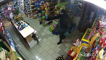 Z bronią napadł na sklep, pani Zosia przegoniła go mopem